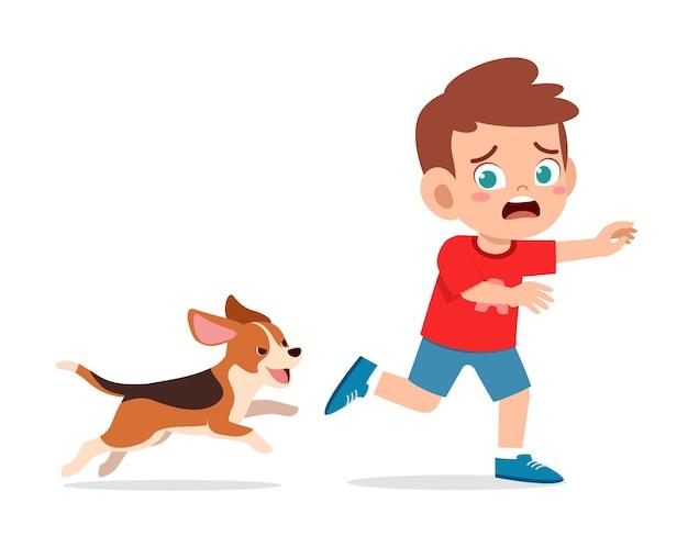 悪い犬に追われて怖いかわいい男の子