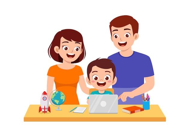 家で母と父と一緒に勉強するかわいい男の子