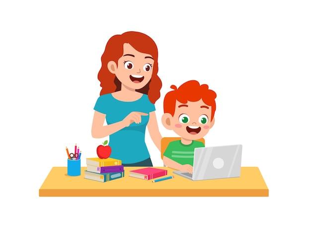 Милый маленький мальчик учится с матерью дома вместе