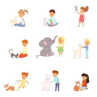 Симпатичные маленькие мальчики и девочки, играющие с набором животных. очаровательные дети, заботящиеся о концепции диких и домашних животных.