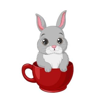 Милый маленький зайчик в красной чашке