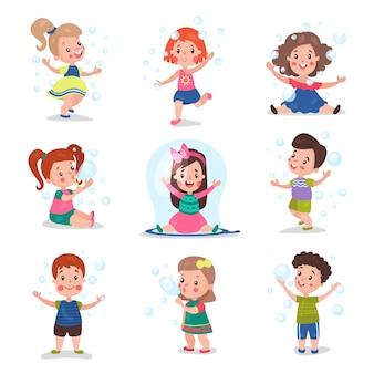 Симпатичные маленькие дети дуют и играют с мыльными пузырями, набор мультяшных иллюстраций