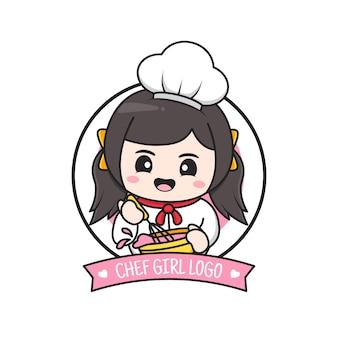 Симпатичная маленькая пухлая девушка-повар с логотипом