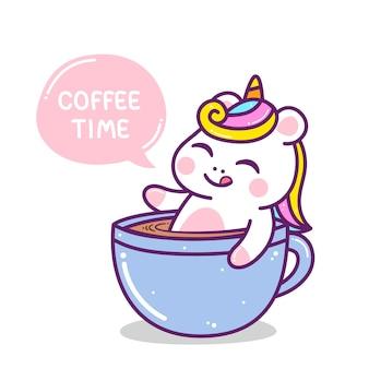 Милый маленький красочный единорог в кофейной чашке