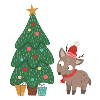 Милый маленький олень в красной шляпе и шарфе с елкой и изолированными подарками