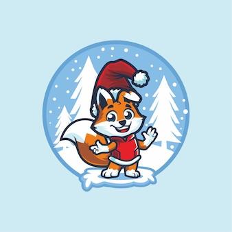 クリスマスにサンタの帽子をかぶったかわいいキツネ
