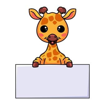 Милый маленький мультфильм жирафа с пустым знаком