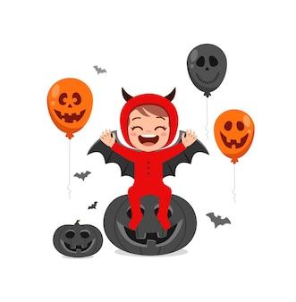 かわいい女の子はハロウィーンの服の悪魔の衣装を祝う