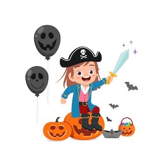 かわいい女の子はハロウィーンの服の海賊の衣装を祝う