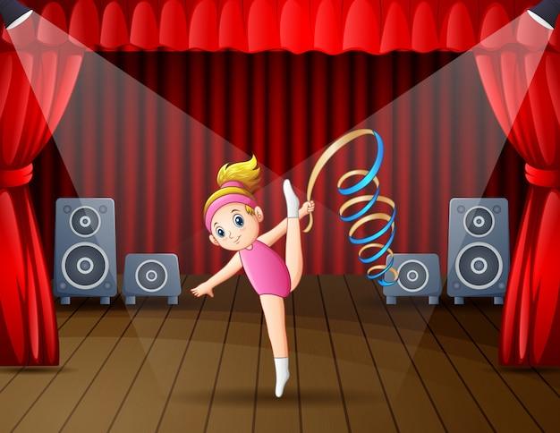 Милая маленькая девочка танцует на сцене