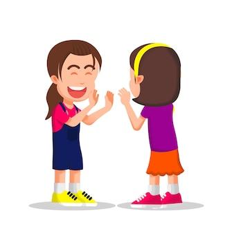 귀여운 소녀는 그녀의 친구와 함께 더블 하이파이브를 한다
