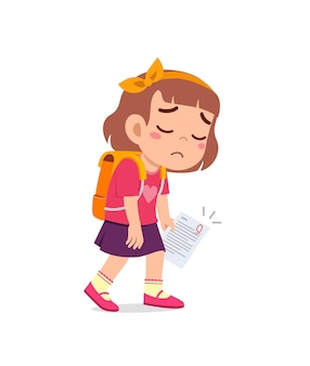 Милая маленькая девочка грустит из-за плохой оценки на экзамене