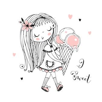 Милая маленькая девочка идет с большим мороженым. милая девушка.