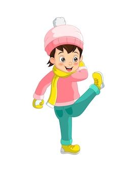 Милая маленькая девочка в зимней одежде играет со снежком