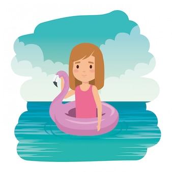 Милая маленькая девочка с фламандским поплавком в море