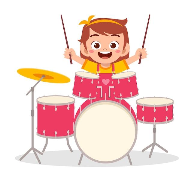 콘서트에서 귀여운 소녀 놀이 드럼