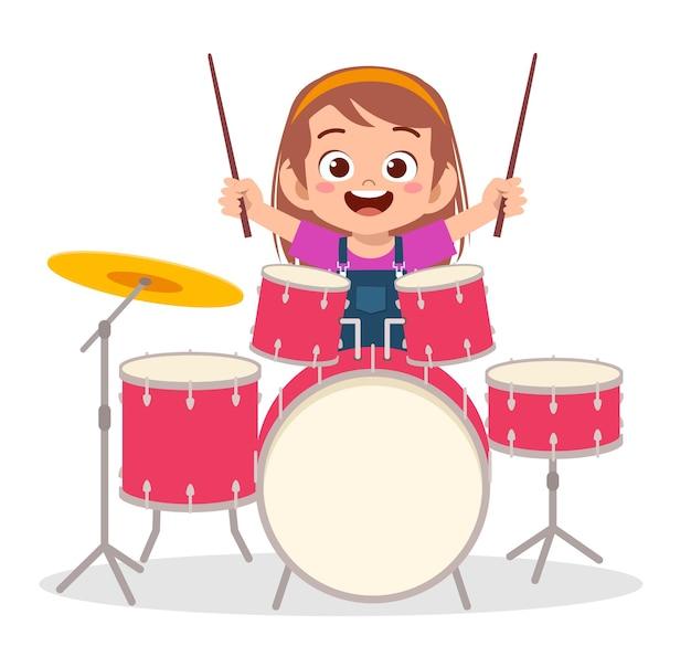 かわいい女の子がコンサートでドラムを演奏