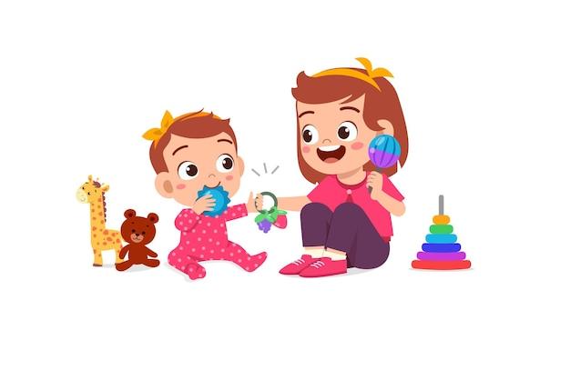 Милая маленькая девочка играет с братом и сестрой вместе