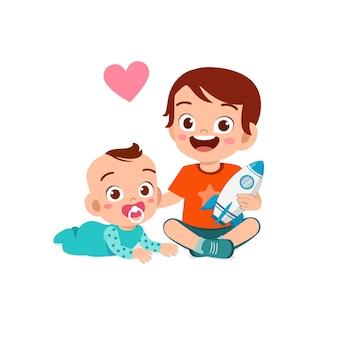 かわいい女の子が一緒に赤ちゃんの兄弟と遊ぶ