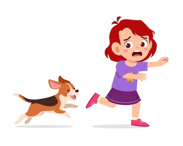 나쁜 개에 의해 쫓기 때문에 귀여운 소녀 무서 워