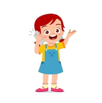 휴대 전화를 사용 하여 귀여운 소녀 이야기