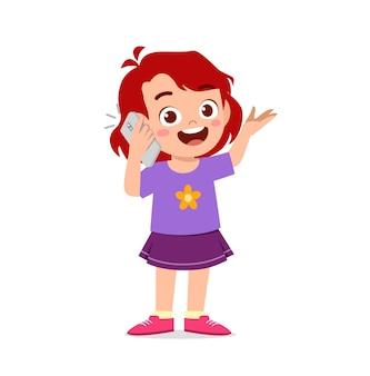 Милая маленькая девочка разговаривает по мобильному телефону