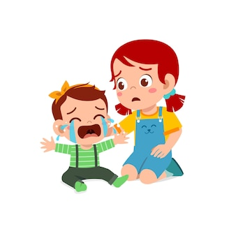 Милая маленькая девочка пытается утешить плачущего брата и сестру