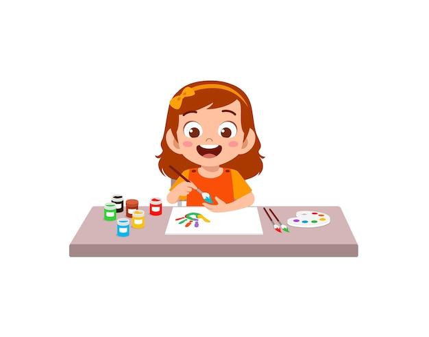 Милая маленькая девочка, используя краску в руке для искусства