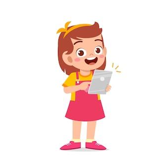스마트 폰 및 인터넷을 사용하는 귀여운 소녀