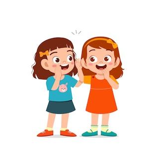 Милая маленькая девочка шепчет секрет другу