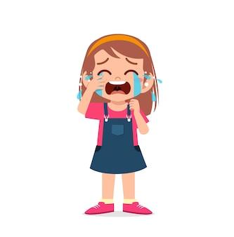 Милая маленькая девочка с выражением слезы и истерики