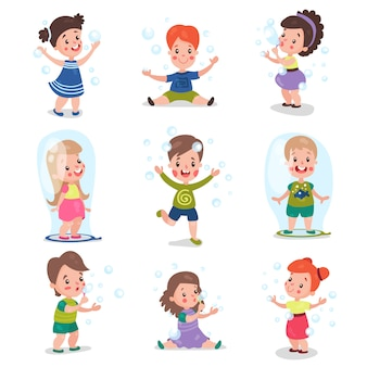 Симпатичные маленькие девочки и мальчики дуют и играют с мыльными пузырями, набор мультяшных иллюстраций