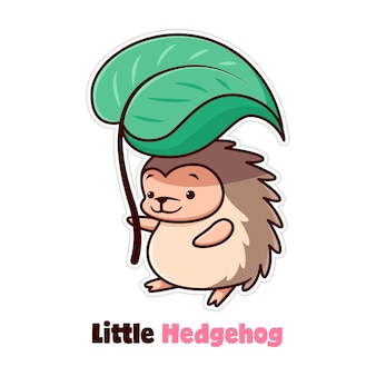 Милый маленький ежик стоит и приносит большой зеленый лист