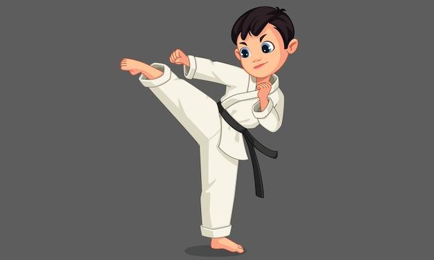 Милый маленький мальчик каратэ в позе карате