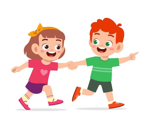 Милый маленький мальчик и девочка, держась за руку и гуляя вместе