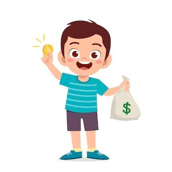 현금과 동전 가방을 들고 다니는 귀여운 꼬마 소년