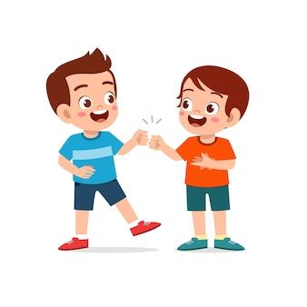 귀여운 꼬마 소년 할 형제 그의 친구와 주먹