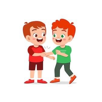 귀여운 꼬마 소년 그의 친구와 손을 흔들어