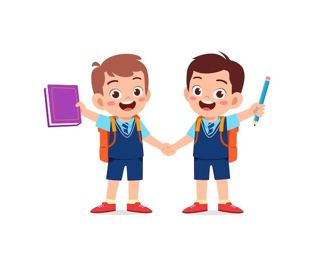 Милый маленький мальчик, держащий руку со своим другом