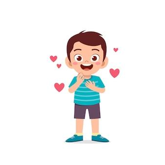 귀여운 꼬마 소년 쇼 사랑과 키스 포즈 표현