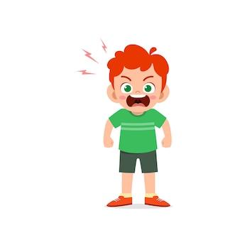 귀여운 꼬마 소년 서서 화가 포즈 표현을 보여줍니다.