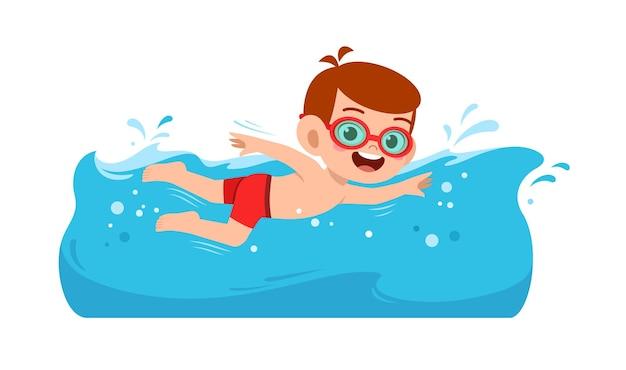 Милый маленький мальчик плавает под водой на летних каникулах