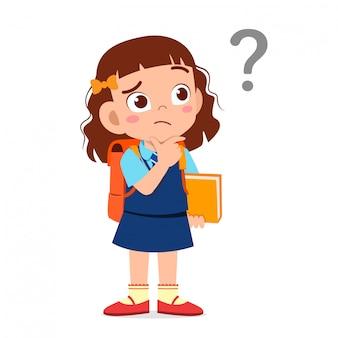 Милый маленький ребенок девочка путать с вопросительным знаком
