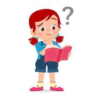 Милый маленький ребенок девочка читать книгу и путать с вопросительным знаком