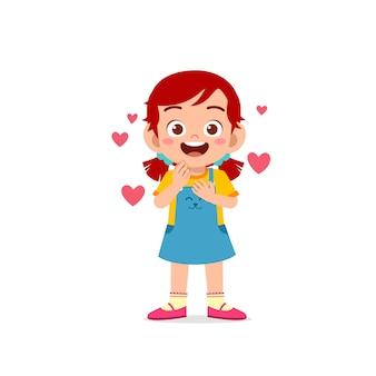 かわいい小さな子供の女の子は愛と幸せなポーズの表現を示しています