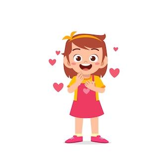 귀여운 꼬마 소녀 쇼 사랑과 행복 포즈 표현