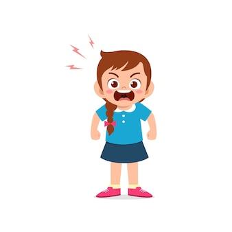 かわいい小さな子供の女の子が立って、怒っているポーズの表現を示しています