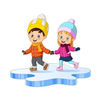 Милый маленький ребенок в зимней одежде играет на коньках