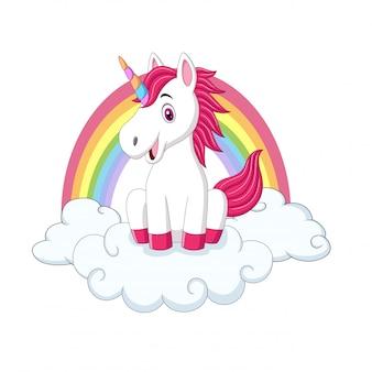 Милый маленький пони-единорог сидит на облаках