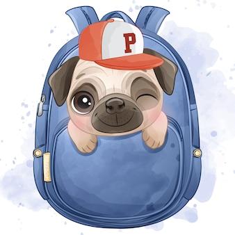 Милый маленький мопс сидит внутри сумки